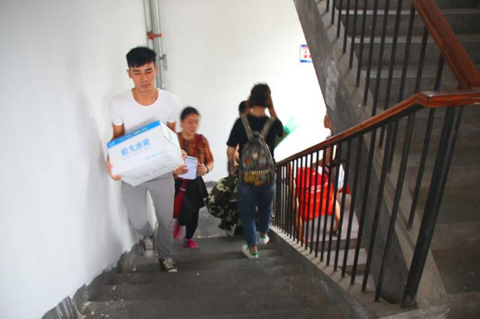 11日中午,学院团总支学生会组织学生干部分别走进新生寝室,与新生